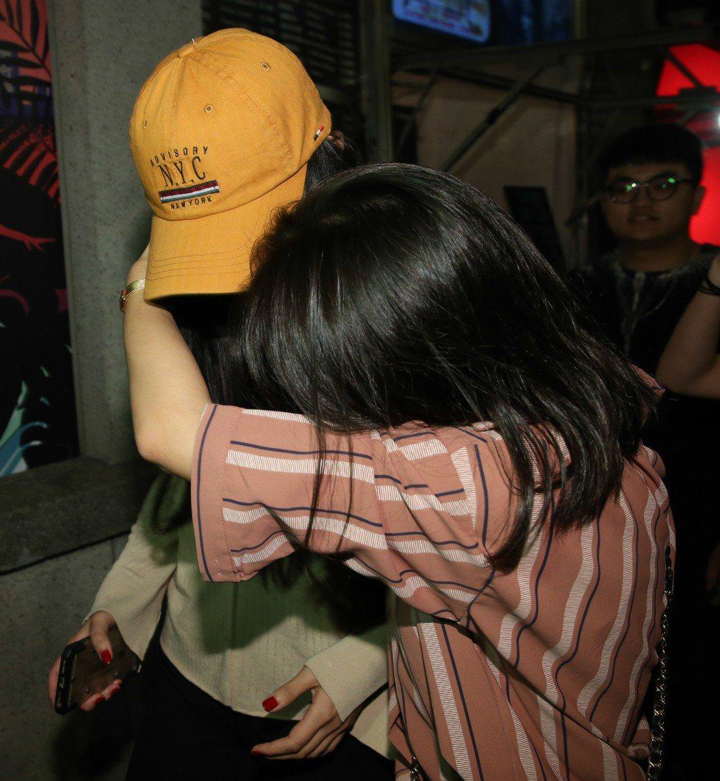 鹿希派女友現身演唱會,不斷閃躲媒體拍攝。記者葉信菉/攝影