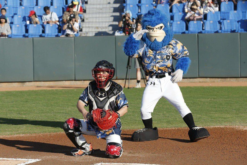 黃小琥(左)喬裝成捕手替球賽開球。圖/星光娛樂提供
