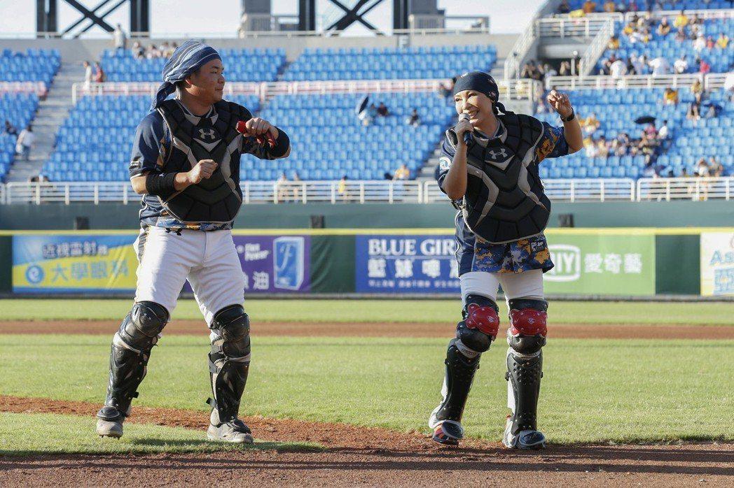 黃小琥(右)跟Lamigo正牌捕手劉時豪互尬歌藝。圖/星光娛樂提供