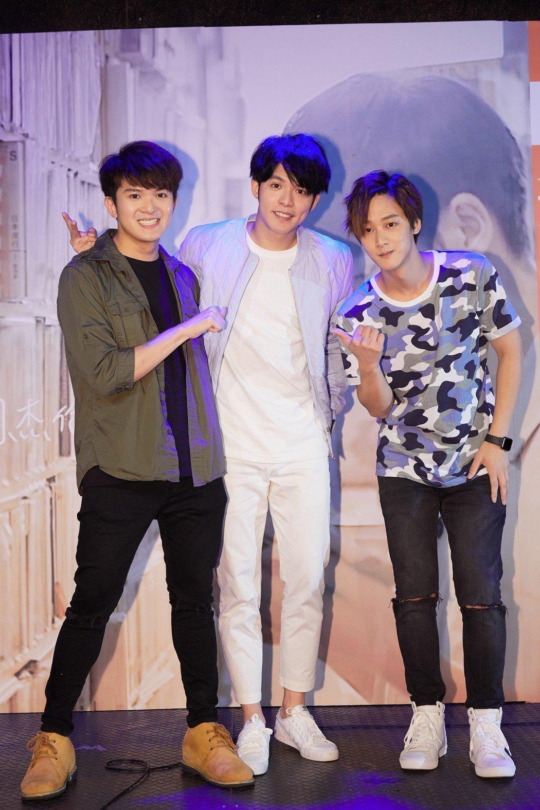 Kim(右)、黃宇哲(左)現身替許佳麟打氣。圖/iDOmusic唯我群體工作室提...