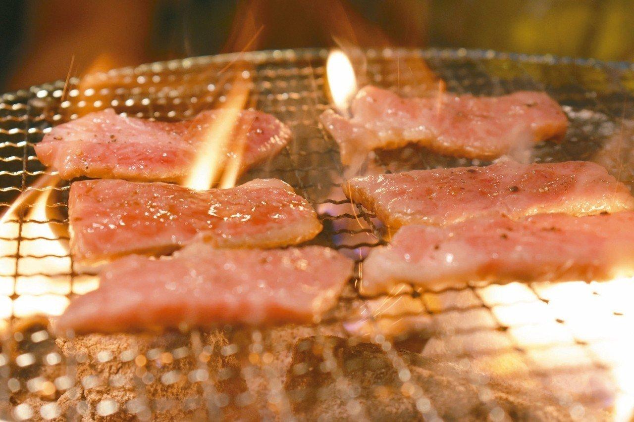 佐賀牛的等級多在A4到A5,肉質鮮嫩油花多,一上烤盤不一會兒就化開。 記者魏妤庭...