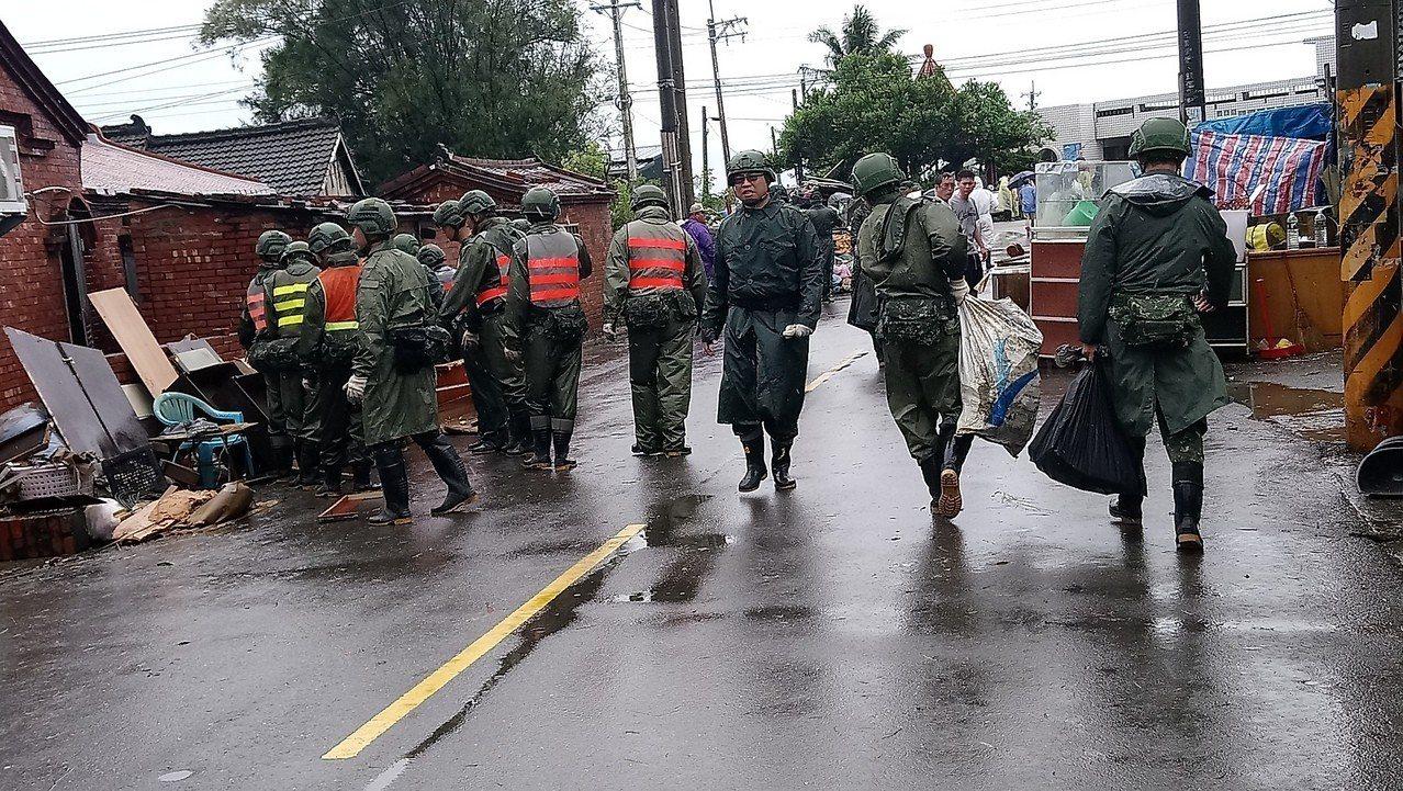 823水患後,國軍進入災區協助災民清理家園。 記者卜敏正/攝影