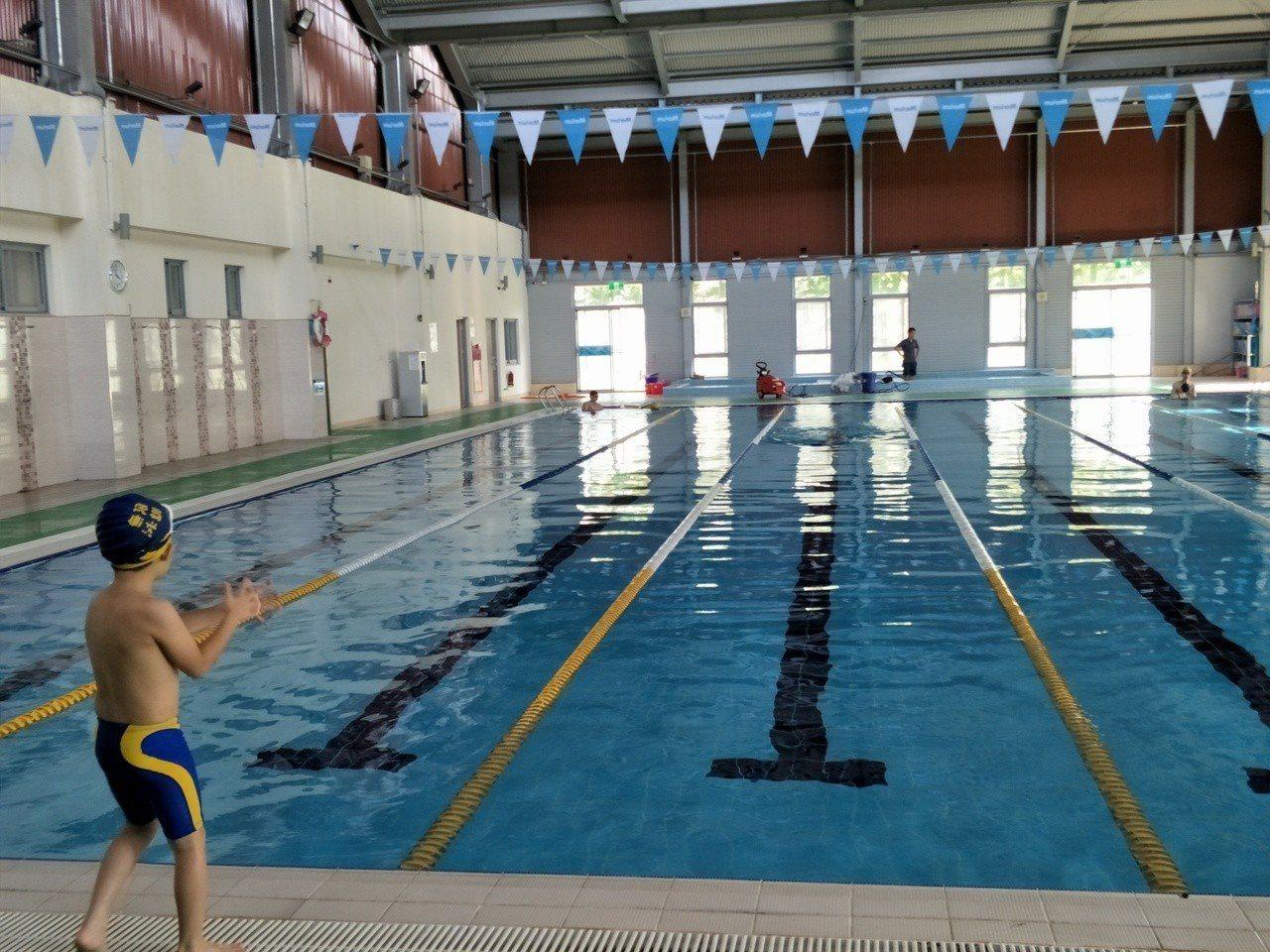 台南麻豆國中溫水游泳池營運,8日、9日開放免費游泳。記者謝進盛/攝影