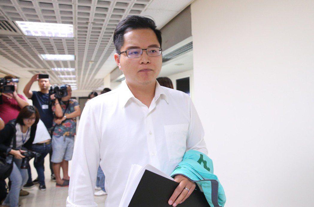 民進黨台北市議員王威中認為,該廣告會對民進黨造成傷害。記者許正宏/攝影