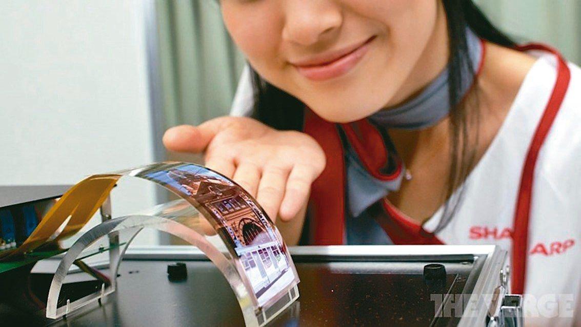 夏普在IFA公開展示搭載自家面板的新手機,最快秋天發布。圖為2016年夏普研發的...