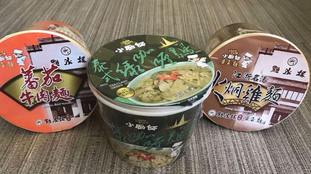 小廚師番茄牛肉麵180元(左起)、泰式綠咖哩雞105元、火烔雞麵248元(以業者...