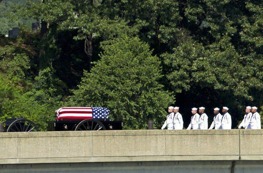 已故美國聯邦參議員馬侃(John McCain)今天安葬,長眠母校海軍官校墓園。...