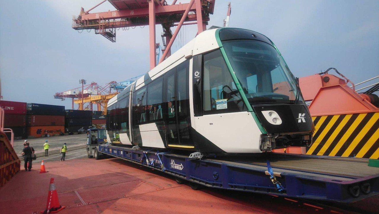 高雄市新採購二階輕軌車輛已運抵基隆港碼頭,預計5日運返高雄,高市府捷運局規劃在9...