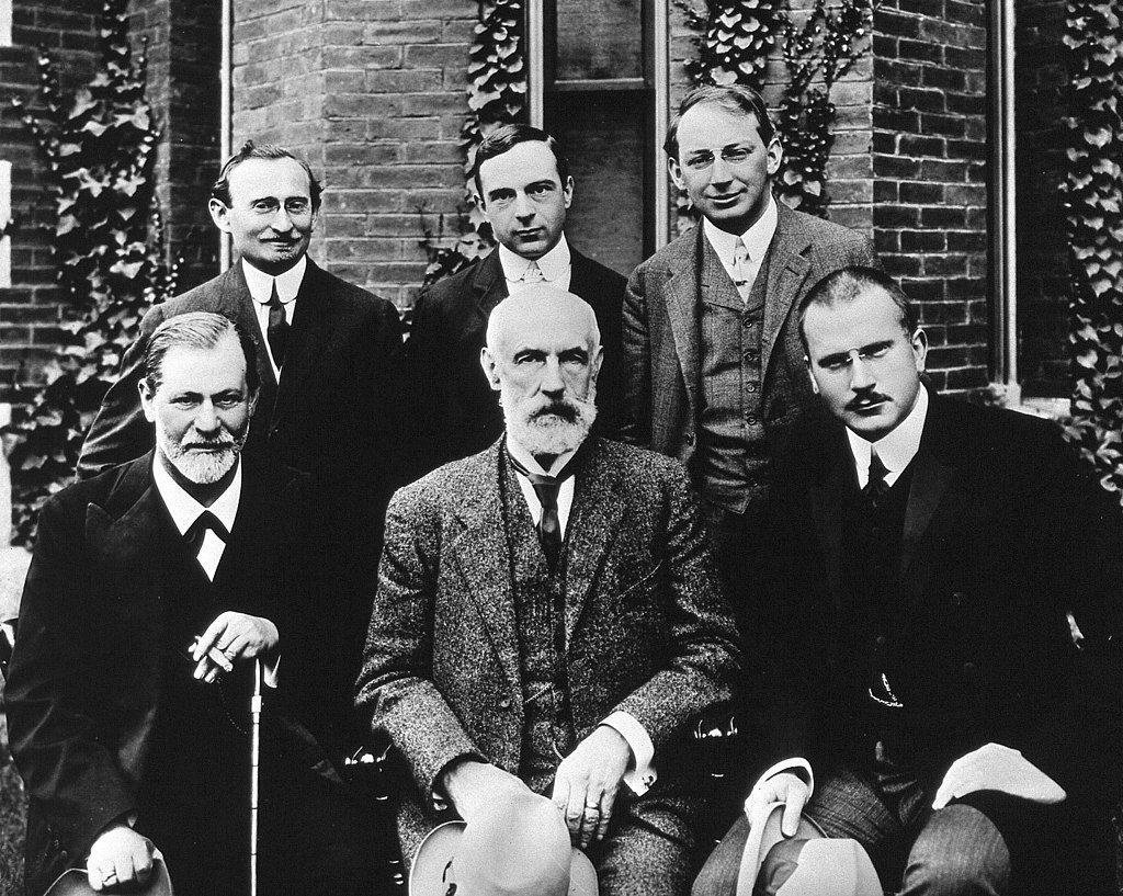 佛洛伊德(前排左一)與榮格(前排右一)所提出的理論真的分歧嗎? 圖/維基共享