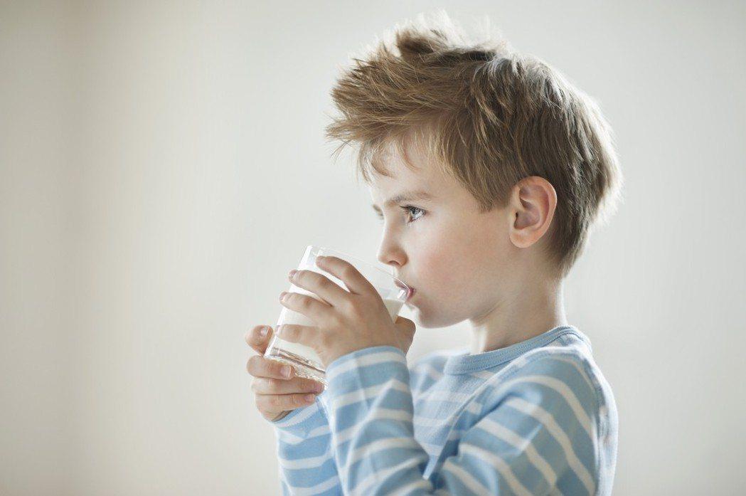 喝牛奶示意圖。ingimage
