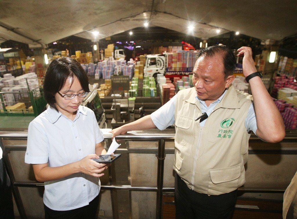 吳音寧與農委會主委林聰賢到第一果菜批發市場視察蔬果到貨情形。 圖/聯合報系資料照