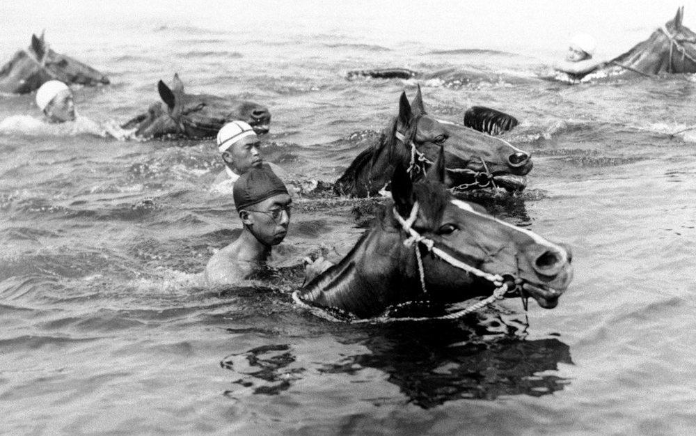 在大戰之前,現代游泳教育,大多與軍事訓練有關。圖為三笠宮崇仁親王(黑帽者)在東京...