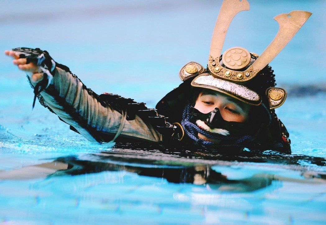 同為海島國家,日本全國上下對於「游泳必修」極為重視。圖為日本的古泳術展演(武士落...