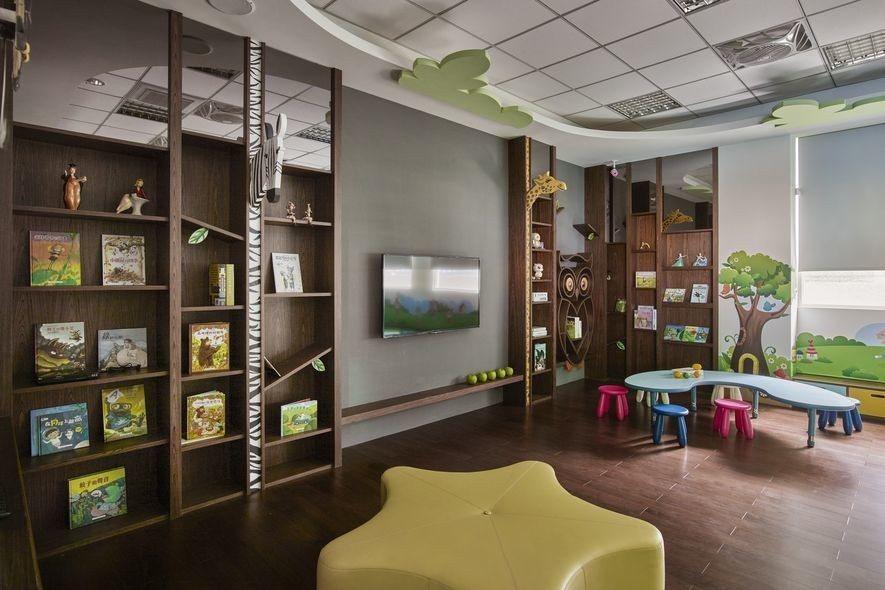 (圖)閱讀室內以沈穩木質打造叢林主題,給予孩子穩定活潑的閱覽區域