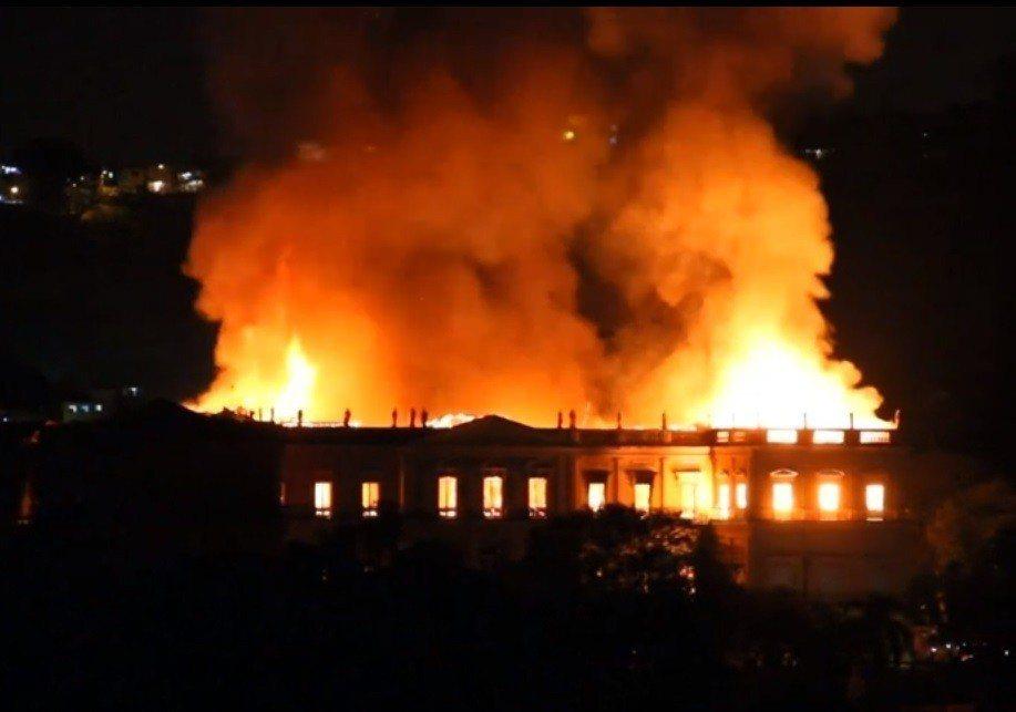 擁有200年歷史的巴西國立博物館2日發生大火,其館藏超過2000萬件,館長直稱這...