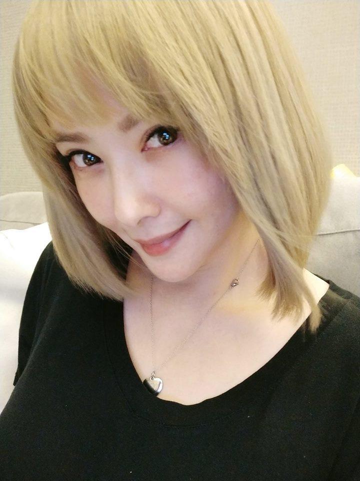 蕭淑慎染了金髮,外型煥然一新。圖/摘自臉書