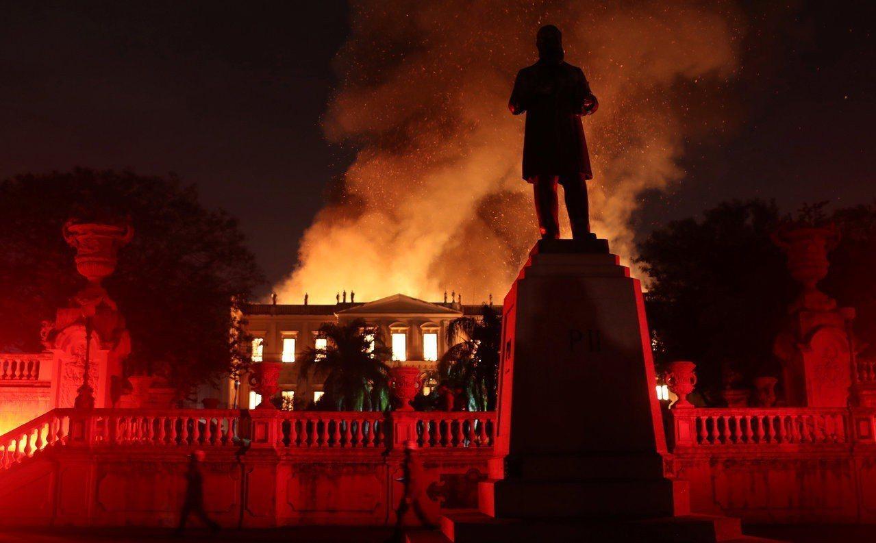 擁有200年歷史的巴西國家博物館2日發生火災。路透