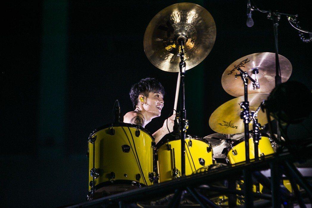鼓手阿電上演脫衣溼身秀。圖/JUSTLIVE 就是現場提供