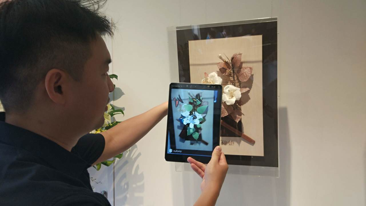 透過AR讓鉋刀藝術品活了起來。記者林良齊/攝影