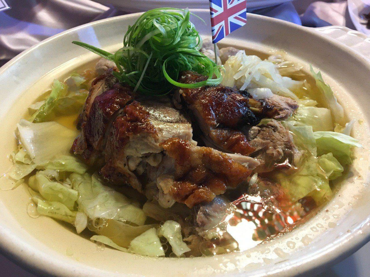 桃鴨套6人餐,共有8道菜,道道展現的都是粵式菜系的功夫菜,有自製的酸白菜鴨架煲。...