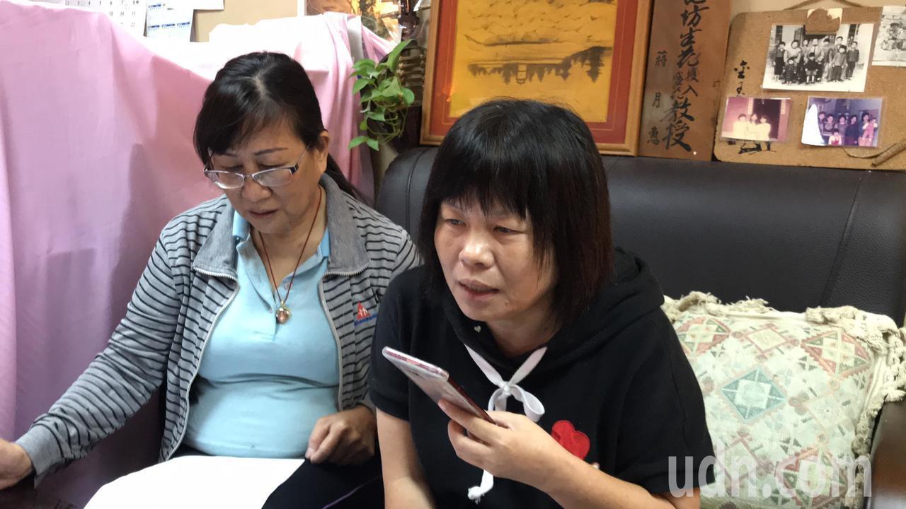 屏東縣議員蔣月惠(右)透過電話向鐵改局瞭解蘇女士(左)陳情案件的原委及處理進度。...