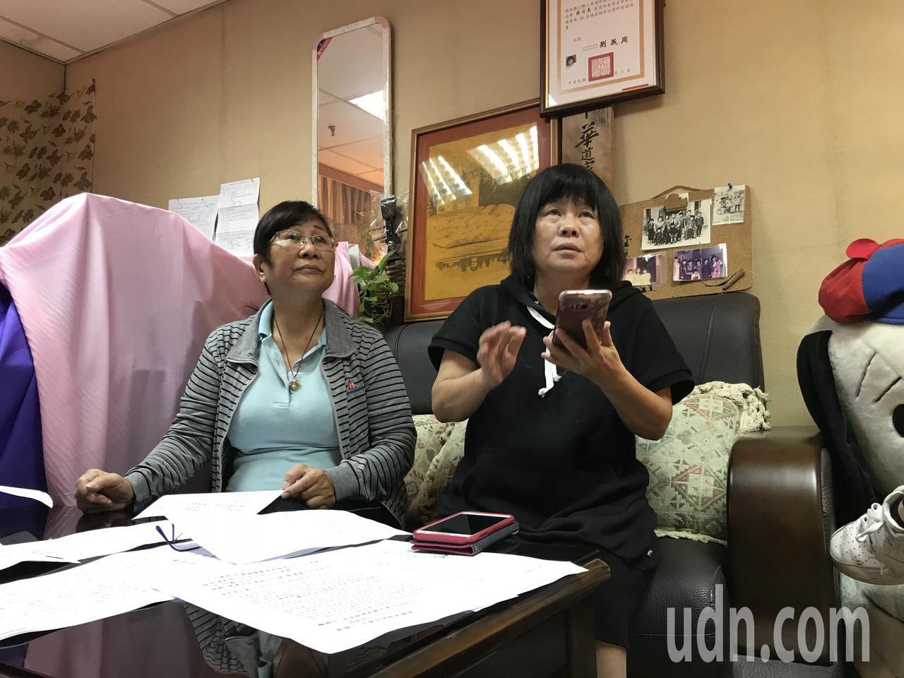 屏東縣議員蔣月惠(右)和陳情人蘇女士(左)今天上午在縣議會召開記者會。記者蔣繼平...