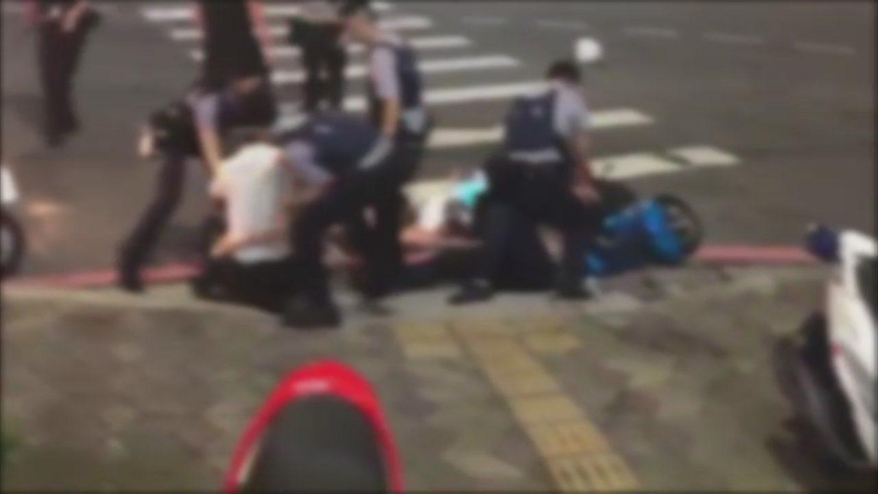 六名青少年到中港派出所丟信號彈挑釁,被員警壓制在地。記者謝育炘/翻攝