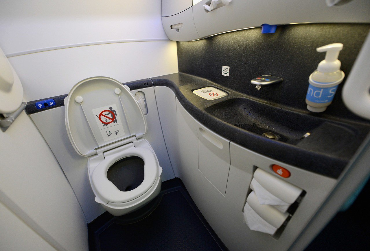 華爾街日報報導,有些航空公司已將機上廁所縮小20%。圖為波音787夢幻客機廁所檔...