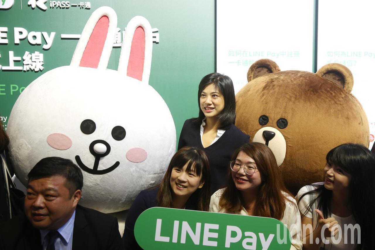 Line pay與一卡通合作,新光集團小公主吳欣儒(中)代表新光銀行出席,笑咪咪...