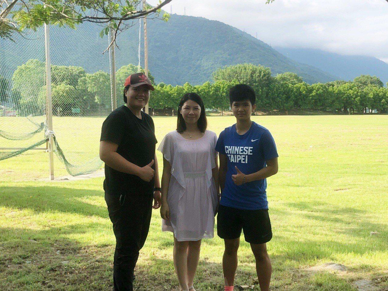 李慧君(右)回母校探望田徑指導教練張惠玲(左),分享得獎的喜悅並感謝指導訓練。圖...