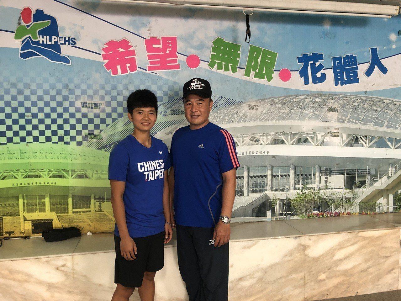 李慧君(左)回母校探望田徑指導教練簡志賢(右),分享得獎的喜悅並感謝指導訓練。圖...