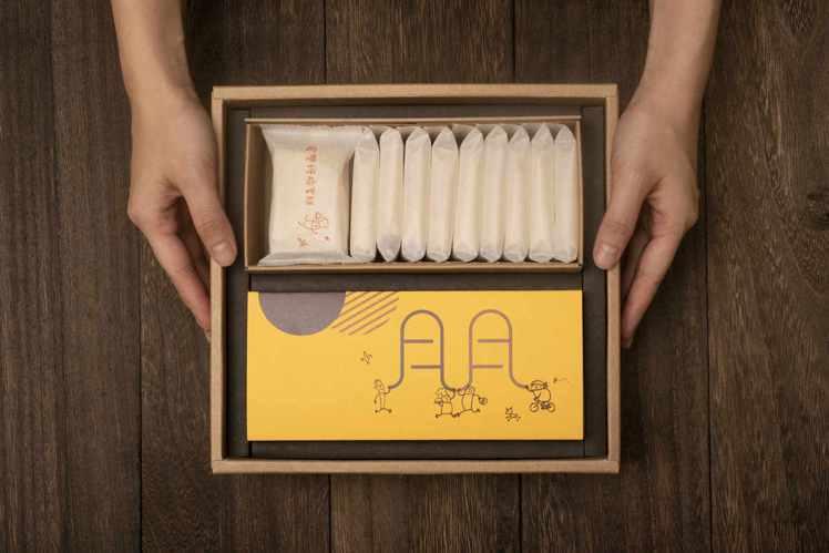 鳳梨酥脆蛋糕禮盒,售價720元。圖/微熱山丘提供