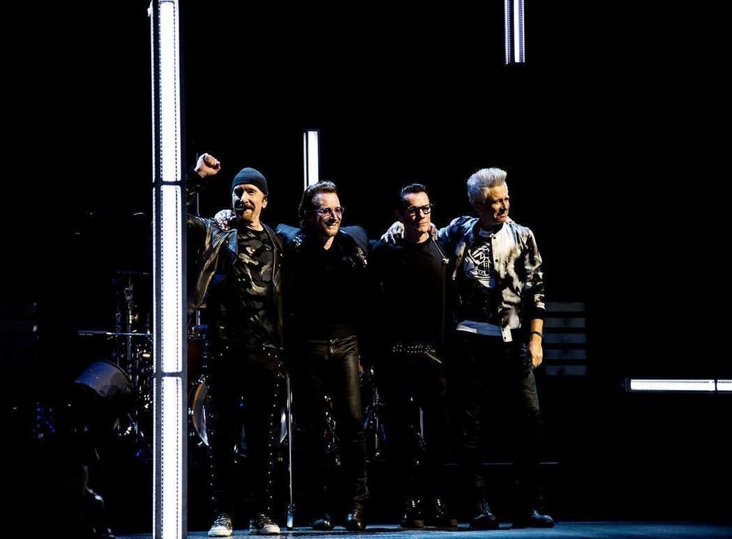 U2主唱波諾因為失聲,在德國柏林演唱幾首歌後就被迫結束演唱會。圖/摘自臉書
