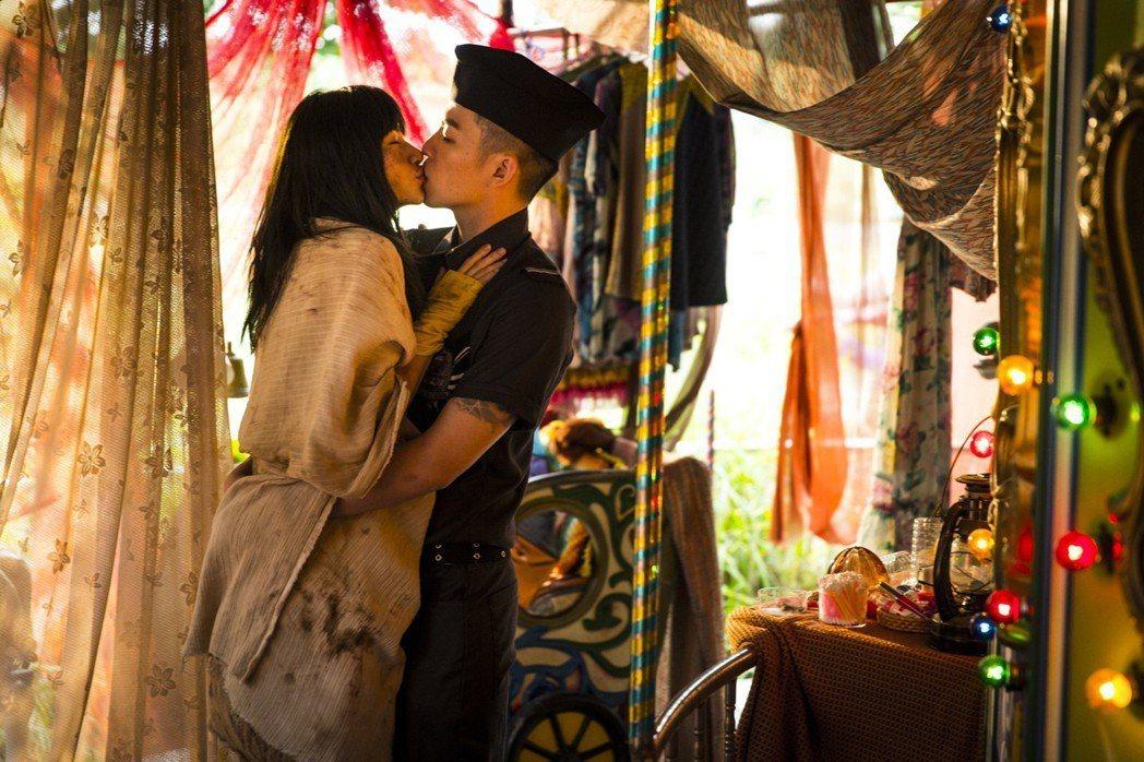 李千娜和李鴻其在「愛在世界末日」有場對手戲。圖/friDay影音提供
