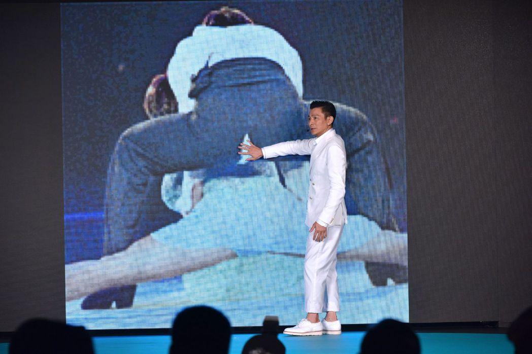 看見自己開唱破褲的出糗照,劉德華急忙以手遮住。圖/台灣映藝提供