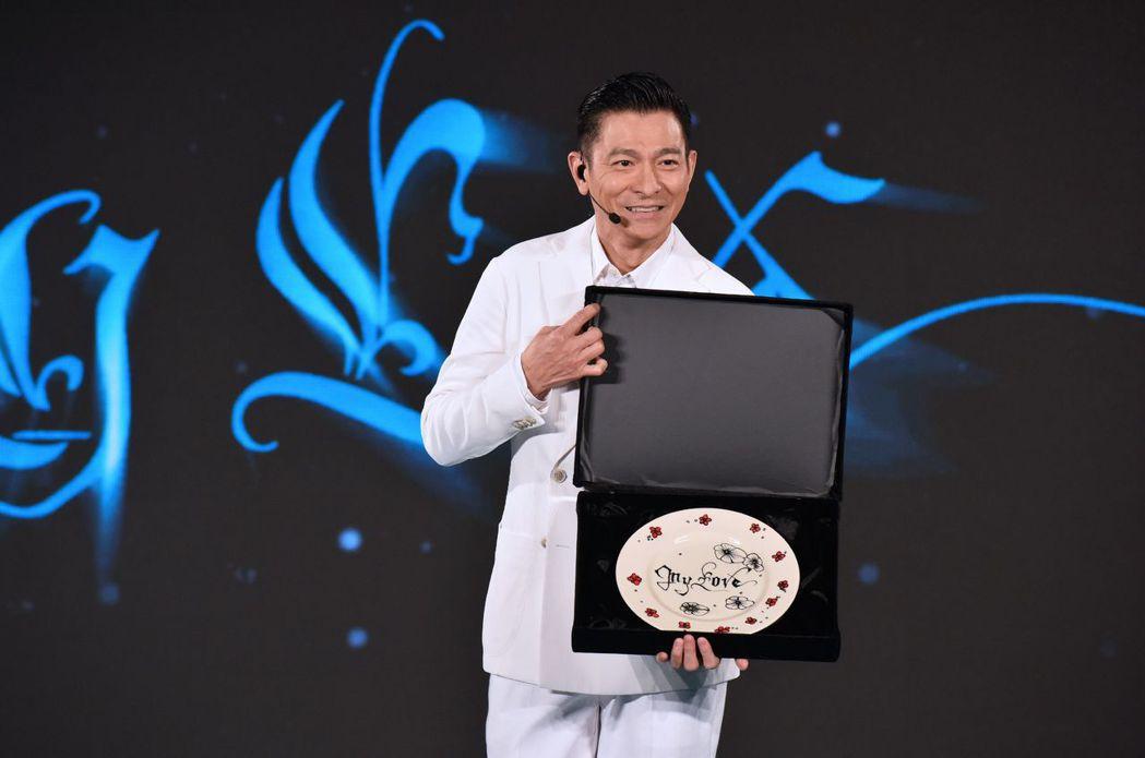 劉德華開心展示親手在布拉格製作的盤子。圖/台灣映藝提供