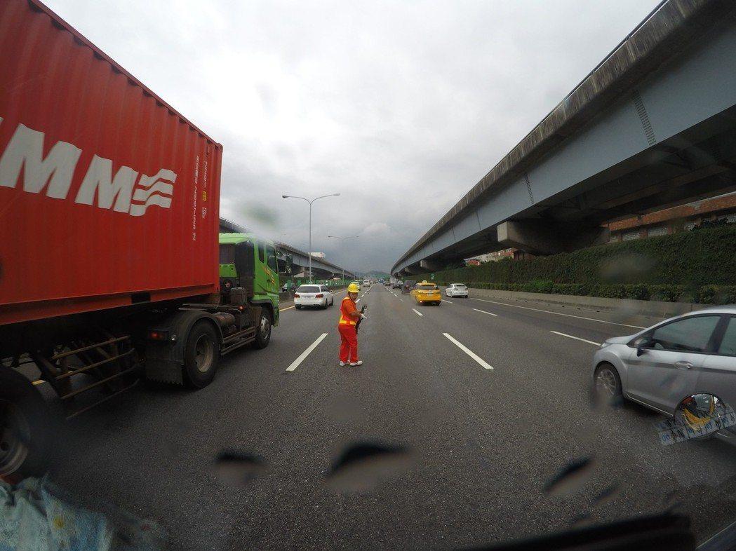 國道散落物每年4萬多件居高不下,國道事故班成員疲於奔命,在危險車流中撿拾胎皮等散...