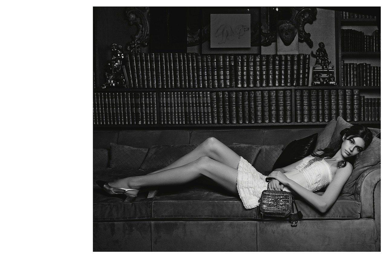 凱亞葛柏為2018香奈兒包款拍攝形象廣告。圖/香奈兒提供