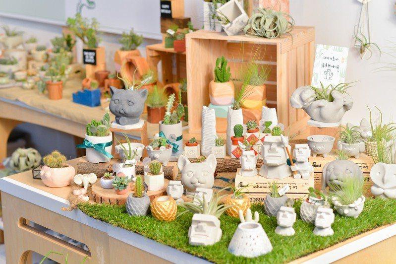 摩艾及鳳梨(旺來)等造型盆器深受遊客青睞,植物則以小巧仙人掌及空氣鳳梨最夯。圖/有肉Succulent & Gift提供