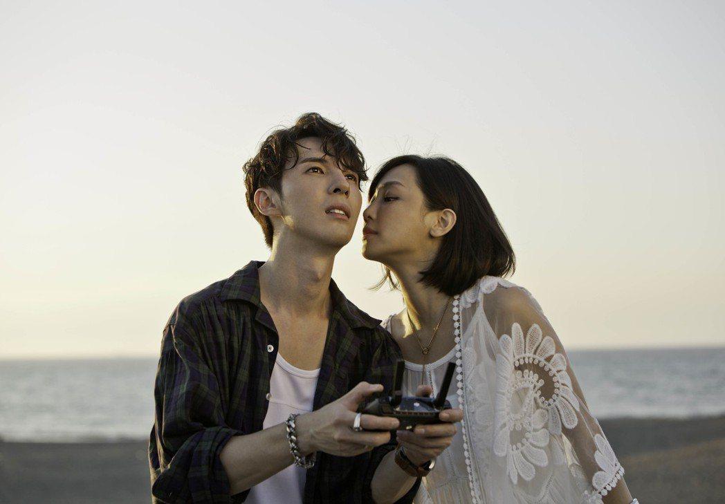 陳勢安(左)大讚謝欣穎的眼神很有電力。圖/華納提供