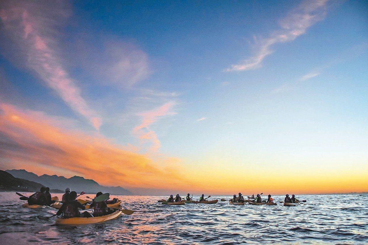 翰品酒店花蓮也搭上這波運動觀光風潮,推出「海上月月光海」專案,在月色下划槳航行,...