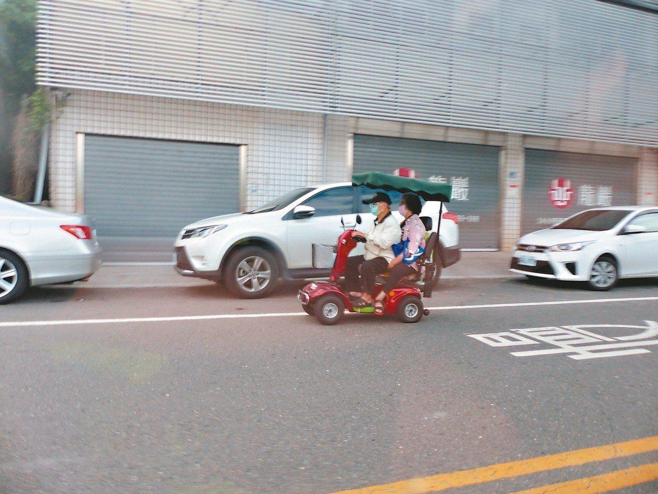 電動代步車依規定不得上路、不得雙載,但在彰化街頭,電動代步車雙載上路很普遍。 記...