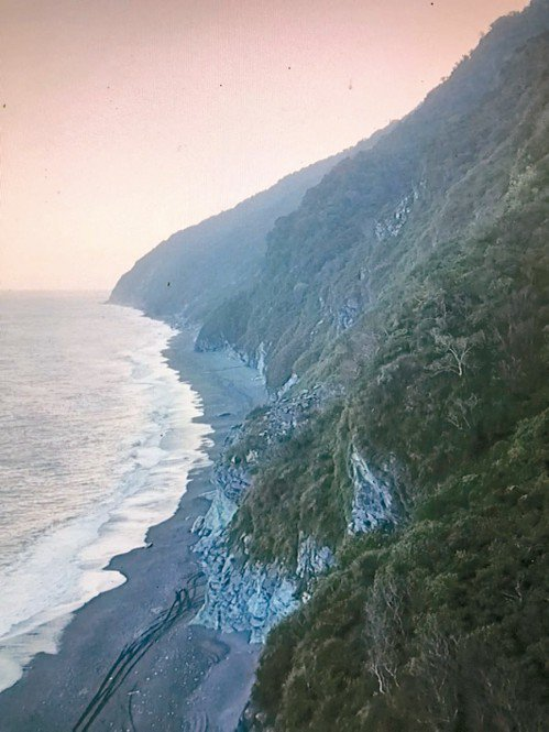 長達八公里的南澳神祕沙灘,部分沙灘腹地狹窄,大浪打上來全被淹沒。 圖/讀者提供空...