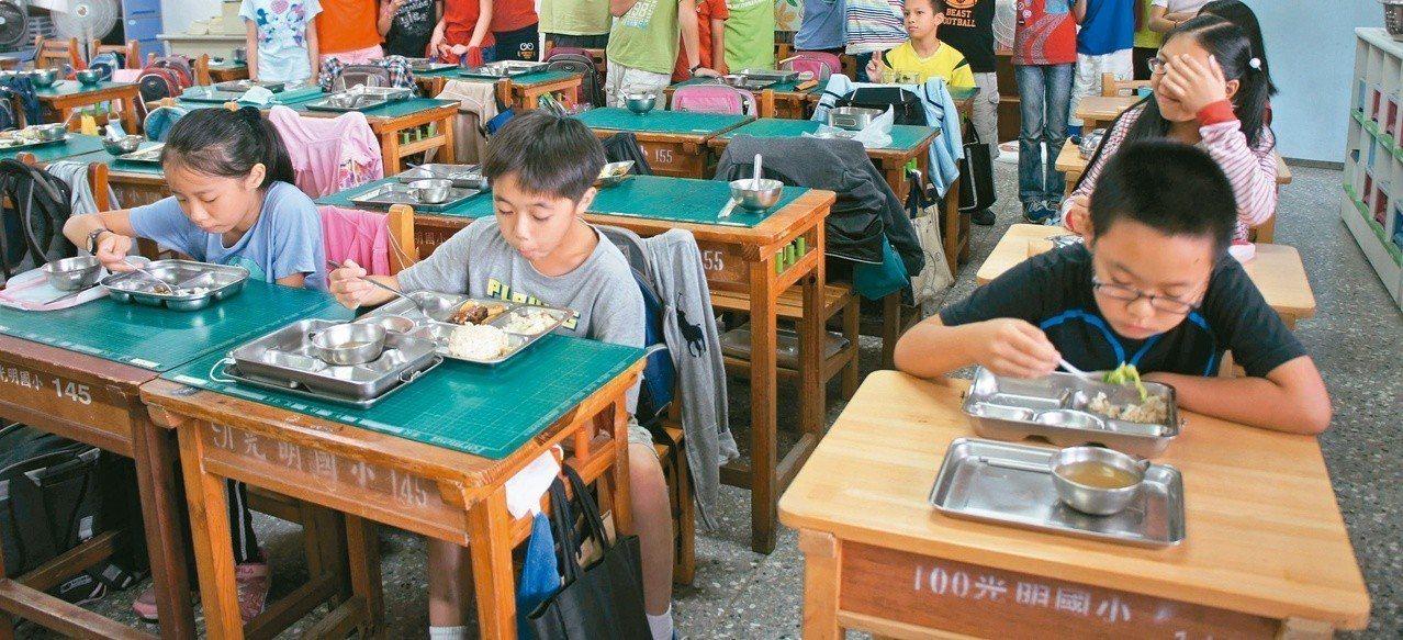 據了解,全國中小學有3612校,只有475個營養師,亦即每8個學校只有1個營養師...