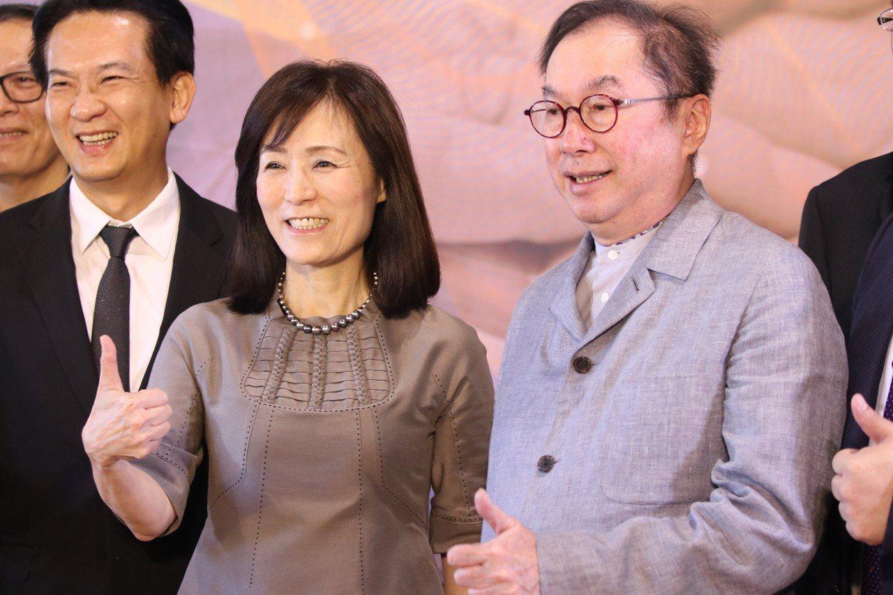 成功大學校長蘇慧貞(中)與廣達電腦公司董事長林百里(右)昨簽署合作備忘錄,打造智...