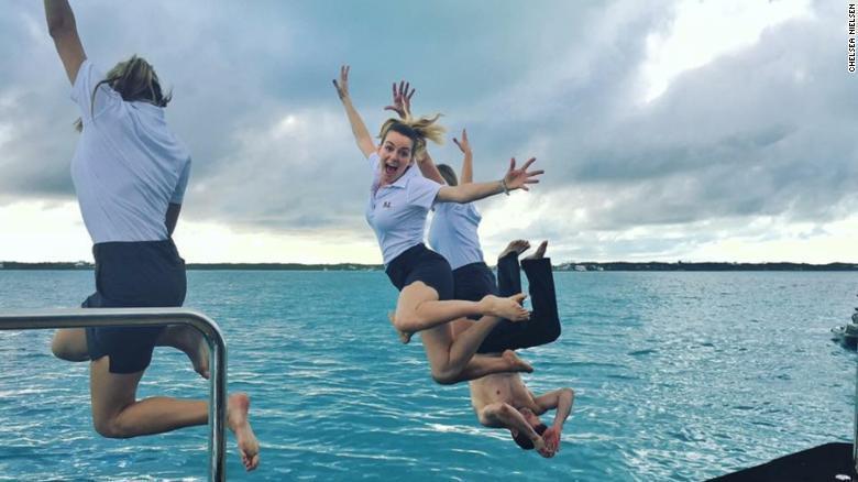 遊艇女管家看似可以邊玩邊工作,其實工作繁重,玩樂時間不多。 圖/翻攝CNN