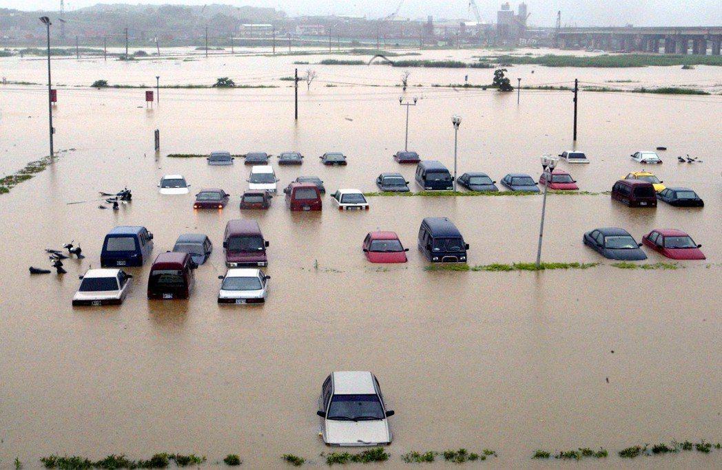 投保車險可享有免費拖吊的服務,但泡水車仍需附加「颱風洪水險」才能獲得理賠。圖/聯...
