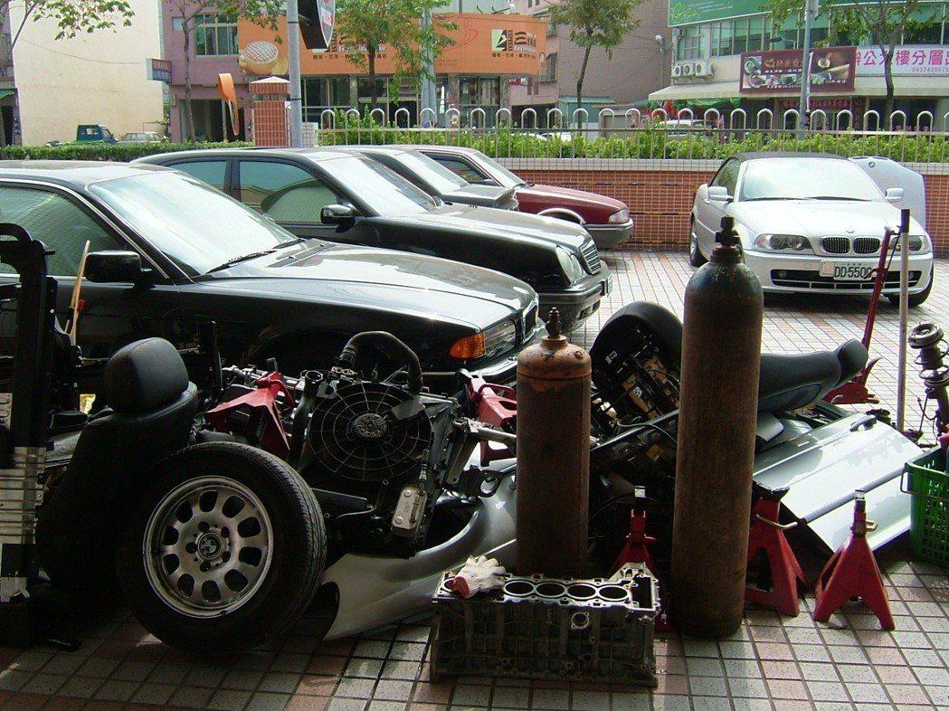 透過衛星定位導航系統,警方找到失竊的名貴轎車及一批解體汽車零件。圖/聯合報系資料...