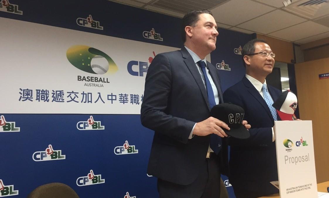 澳職執行長維爾(中)向中華職棒聯盟遞交企劃書。 記者吳敏欣/攝影