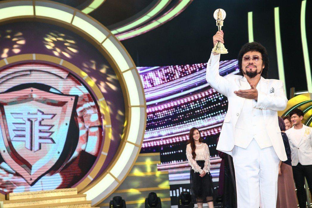 綜藝大哥張菲在華視攝影棚慶祝入圍本屆金鐘獎綜藝節目主持人獎。記者王騰毅/攝影